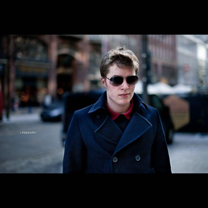 Markus Schwarze spricht Menschen auf der Straße an und macht ein Foto