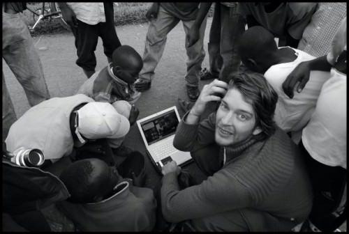 Simon beim zeigen der Fotos