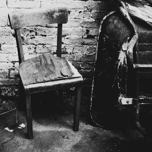 Alter Stuhl mit Schubkarre