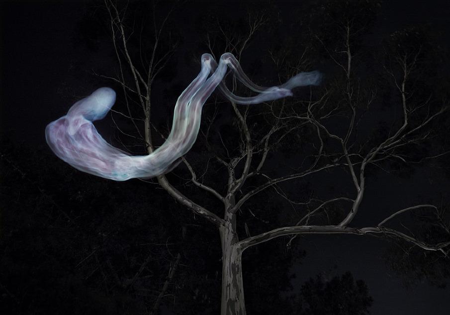 Geistergestalt schwebt über einem kahlen Baum