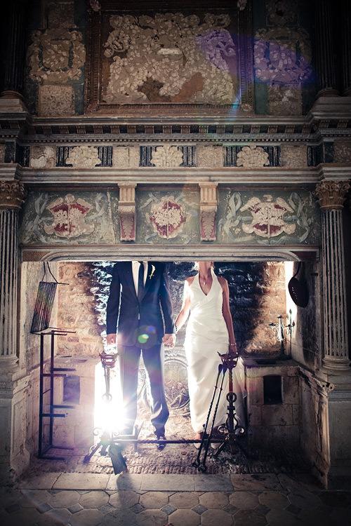 Französische Hochzeit: Brautpaar steht im Kamin