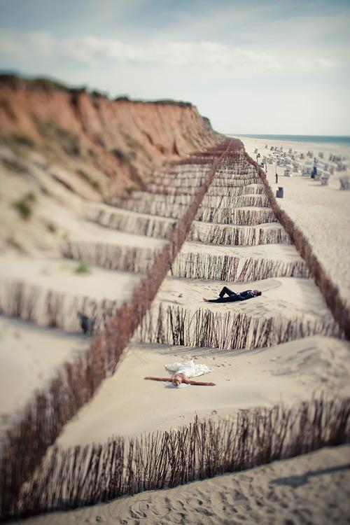 Hochzeitspaar liegt auf Sylt am Strand