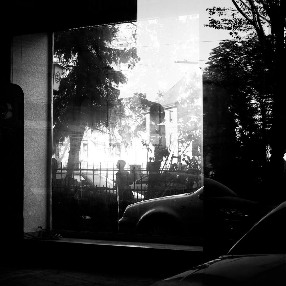 Straßenszene reflektiert in einem Fenster