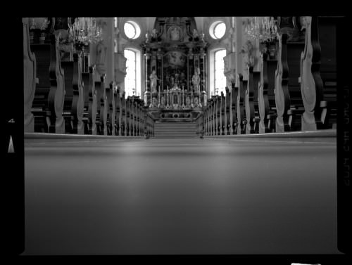 Die bedachte Fotografie: eine Aufnahme aus der Kirche, vom Boden aus fotografiert