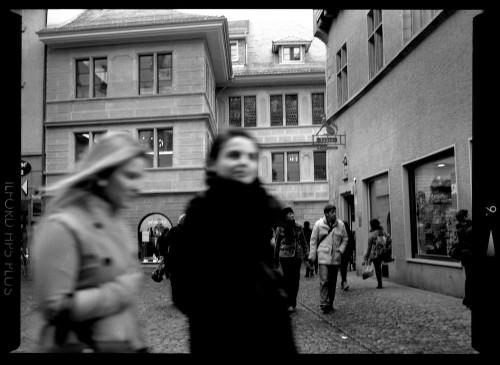 Die bedachte Fotografie: Straßenszene, im Vordergrund zwei Damen
