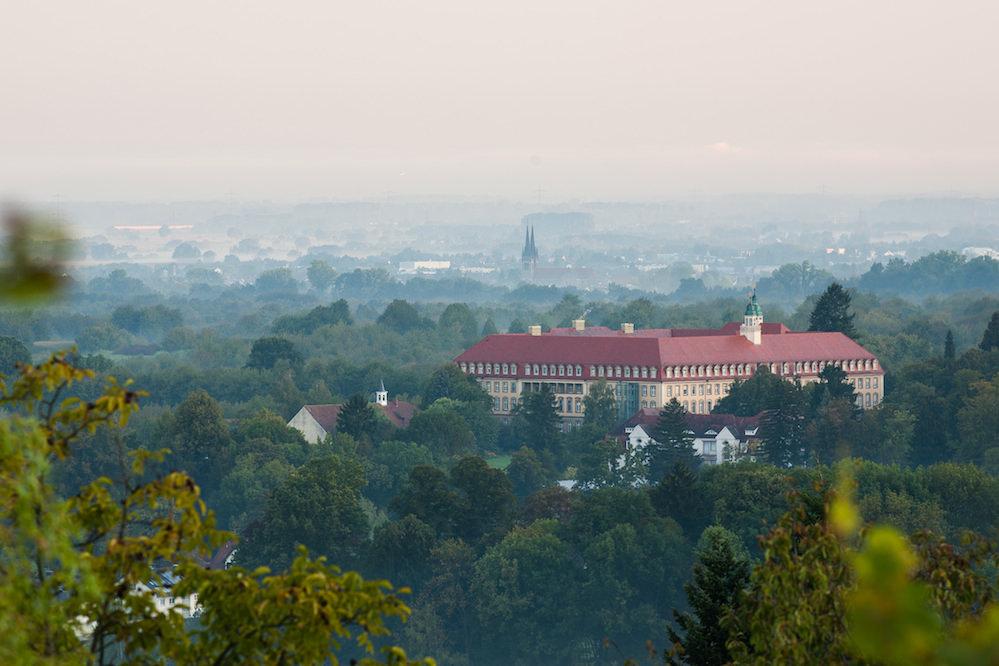 Landschaft, Reben, Kloster und Kirche sind jeweils mehrere Kilometer voneinander entfernt