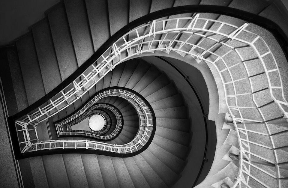 Ein Treppengang nach unten fotografiert