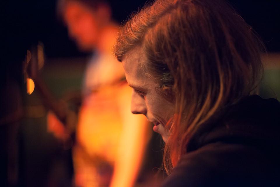 Lächelnder Schlagzeuger von Sóley schräg angeschnitten