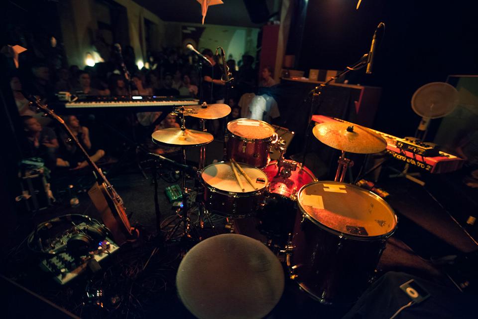 Sóley: Drumset im Vordergrund und leere Bühne