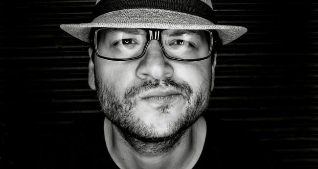 Ein Portrait des Fotografen Ivan Nava in Schwarzweiß