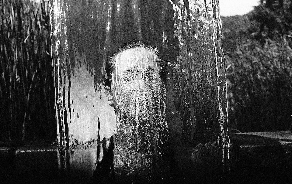 Ein Gesicht unter Wasser