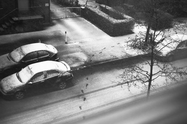 Perspektive von oben auf Fußspuren im Schnee