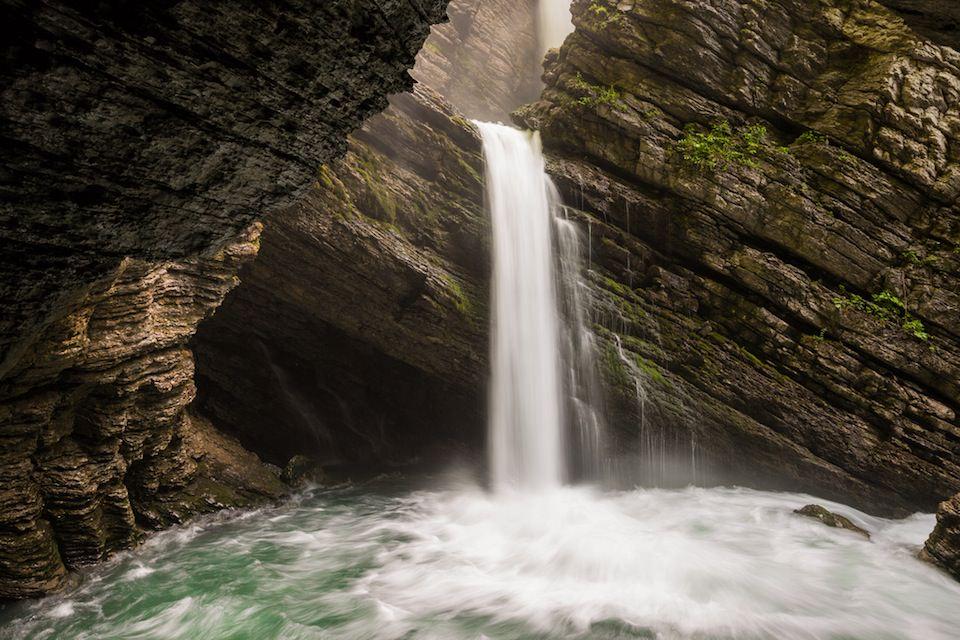 Ein Wasserfall in Langzeitaufnahme