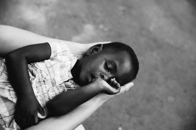 Ein Kind in Uganda (in den Händen eines anderen)