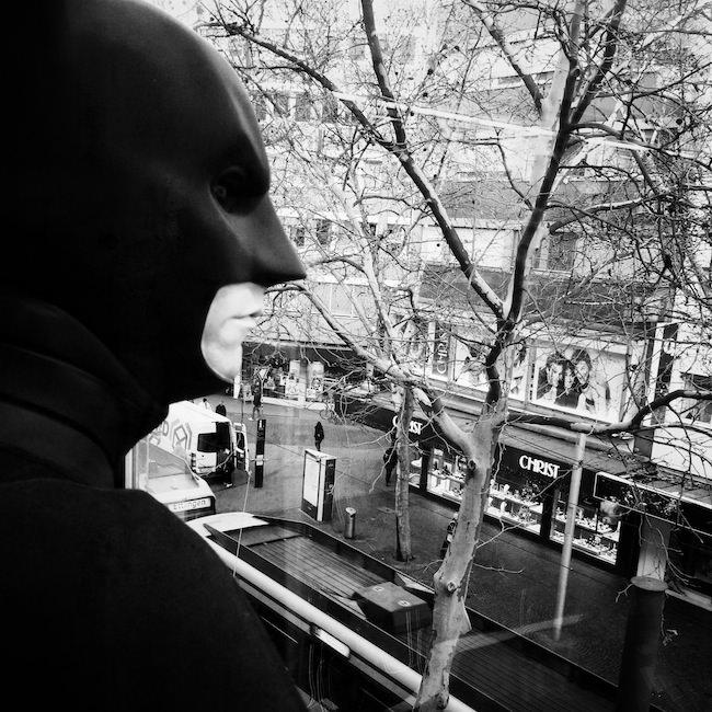 Batman schaut auf die Straße
