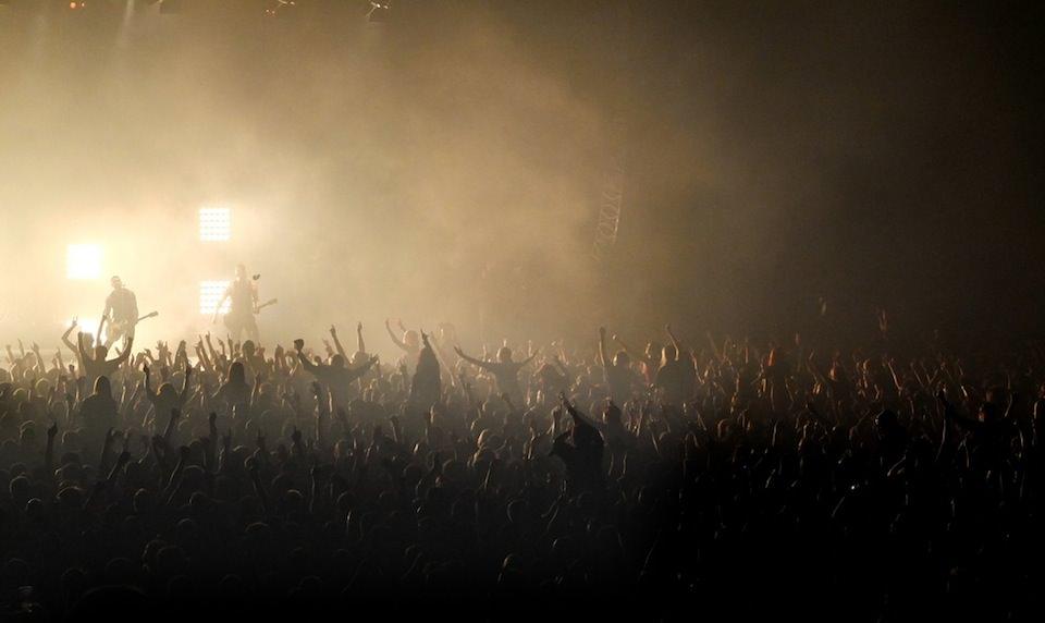 Foto von eine Konzert mit Blick auf die Menge vor der Bühne