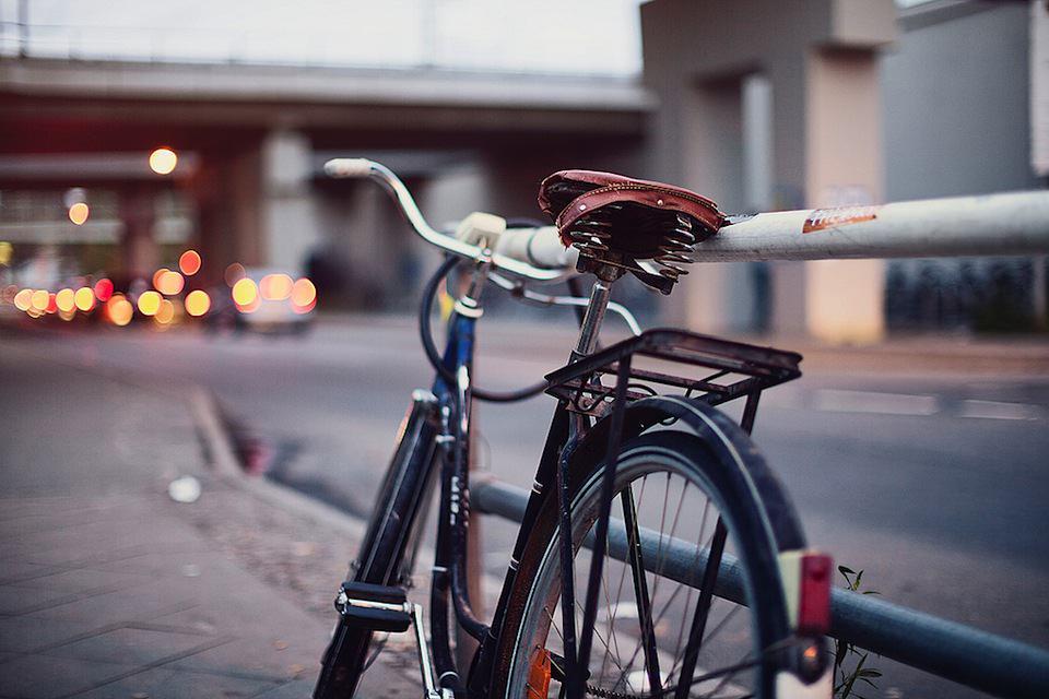 Hier ist ein Fahrrad zu sehen - scharfgestellt ist auf den Sattel, der Rest ist unscharf