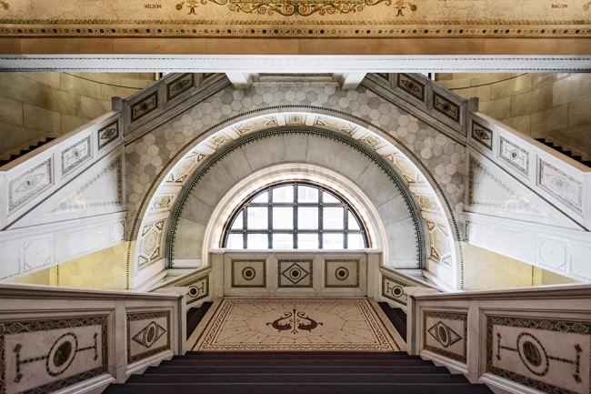 Blick nach oben auf eine symmetrische Architektur