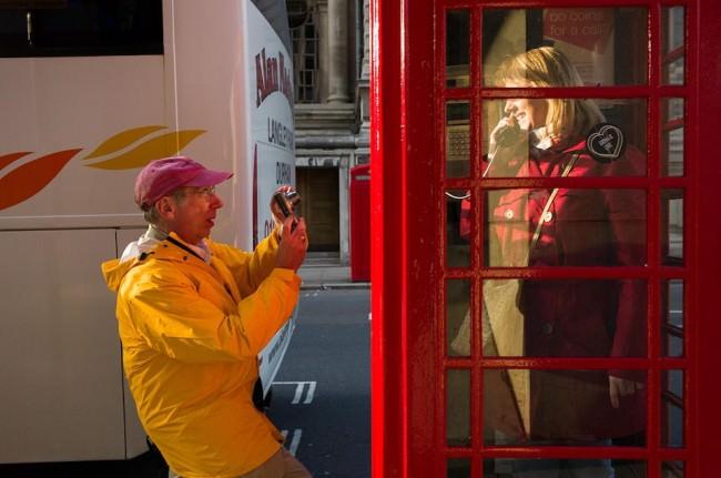 Mann vor Telefonzelle © Georg Pagenstedt