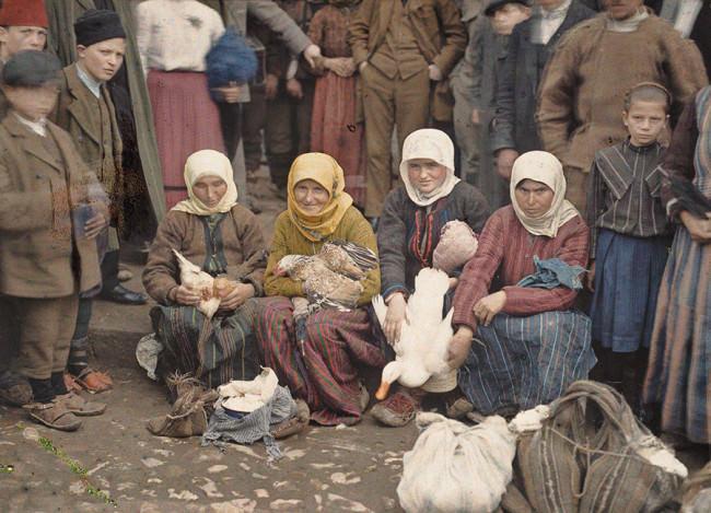 Auguste Léon. Serbien, Krusevac: Geflügelverkäuferinnen auf dem Markt. 29. April 1913.