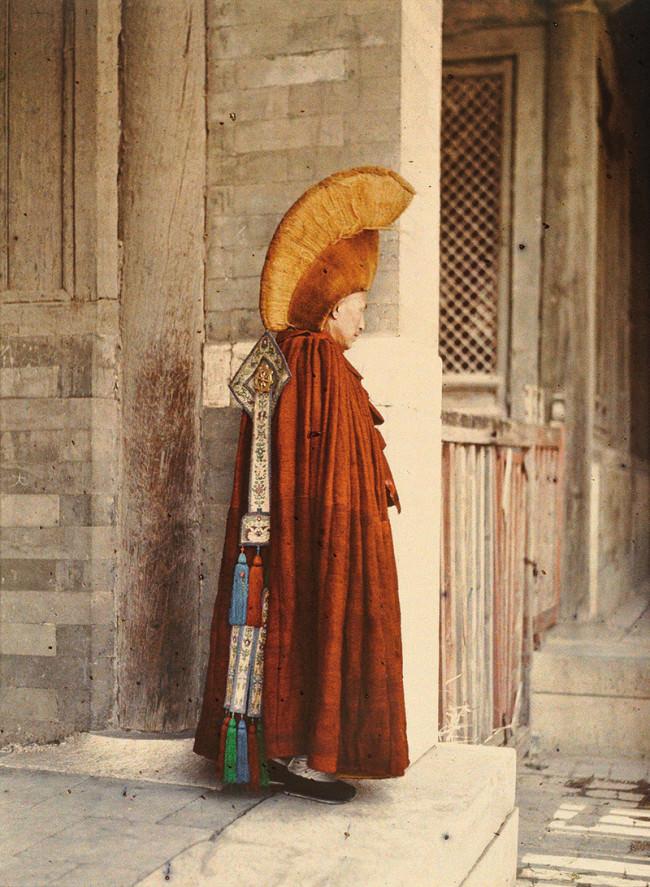 China, Peking: Palast des himmlischen Friedens, vierter Hof, östlicher Anbau, ein Hohepriester in zereminiellem Gewand. 26. Mai 1913