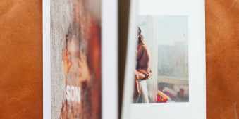 Christopher Anderson, Son, Atlas, Marion, Magnum, Buch, Photobook, Fotobuch, Photobuch, Photo Book, Open, Offen, Geöffnet, Blickfang, Child, Children, Family, Intimität, Kinder, Kind, Sohn, Mutter, Badezimmer