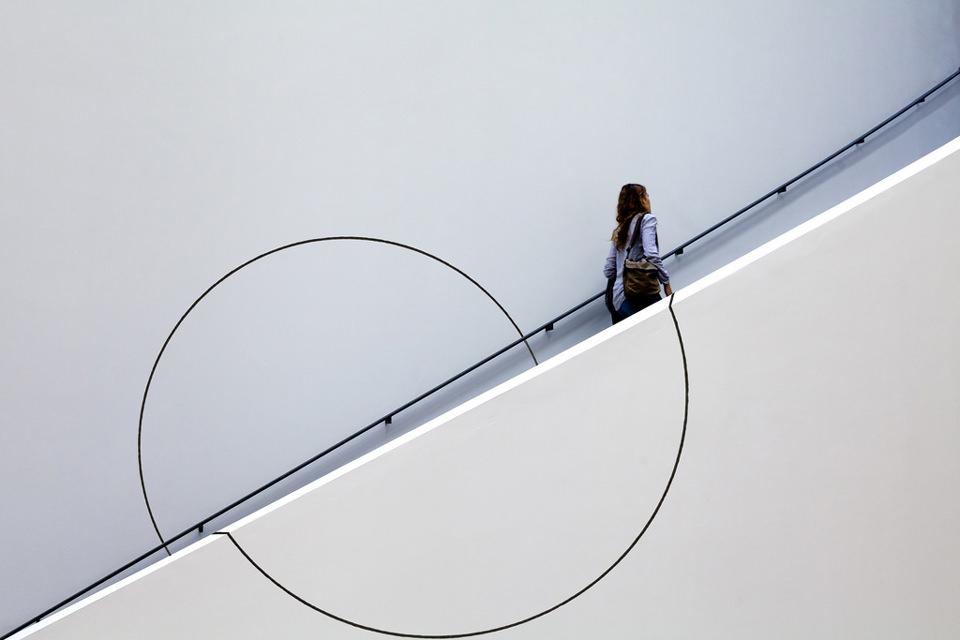 kreise, frau, treppe, aufgang, rolltreppe, weiß, architektur, street, interaktion, Christian Beirle González, Interaction of Circles