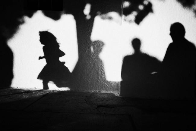 Schatten von Personen an einer Hauswand