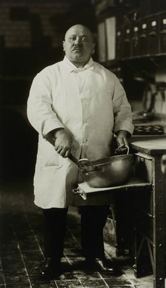 II.8.19 Konditor 1928 © Photographische Sammlung/SK Stiftung Kultur, Köln, bereitgestellt von der FEROZ Galerie Bonn