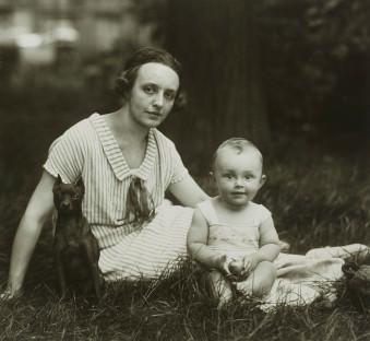 III.14.1 Junge Mutter, bürgerlich 1926 © Photographische Sammlung/SK Stiftung Kultur, Köln, bereitgestellt von der FEROZ Galerie Bonn