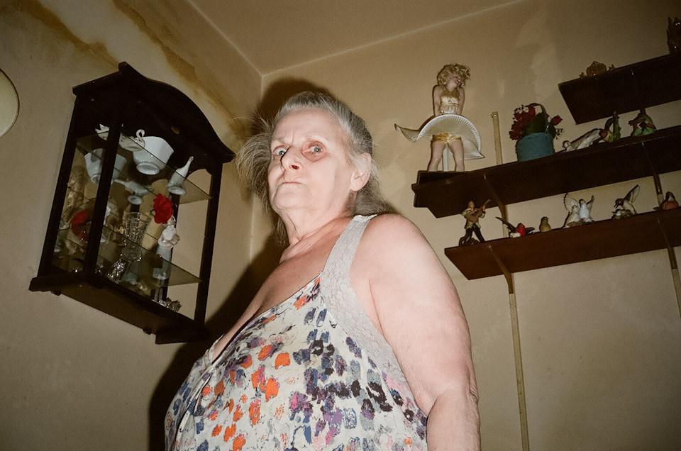 Straßenfotografie von Todd Gross: Eine bedrohlich schauende Frau, fotografiert in einem Zimmer. New York City.