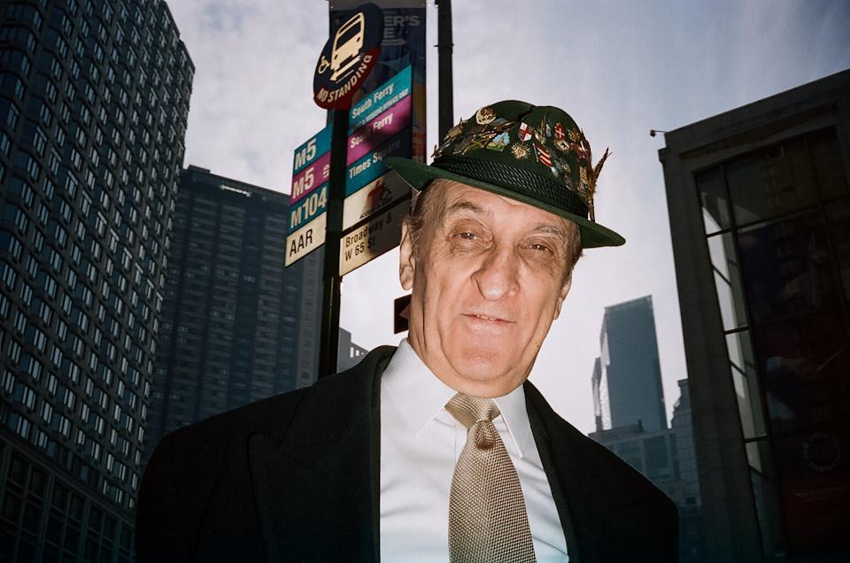 Straßenfotografie von Todd Gross: Ein Mann mit Hut schaut in die Kamera –angeblitzt. New York City.