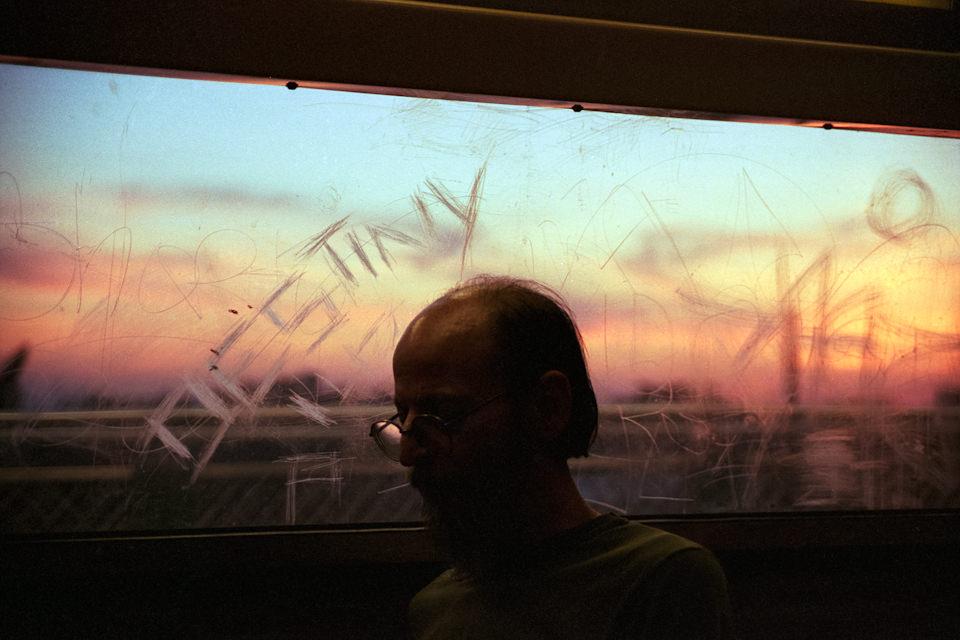 """Straßenfotografie von Todd Gross: an einer Scheibe steht """"DESTINY"""" geschrieben und die Silhouette eines Mannes ist zu sehen. New York City."""
