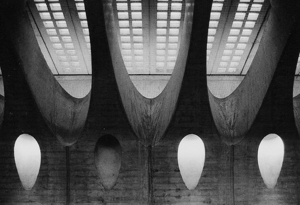Architekturaufnahme eines surreal wirkenden Gebäudes.