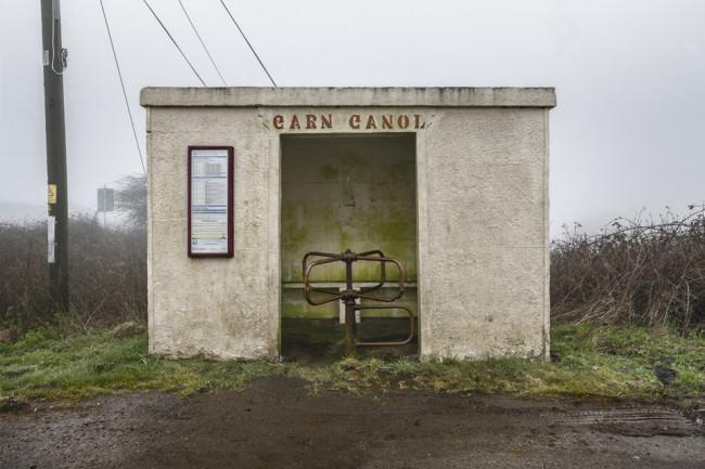Eine Bushaltestelle bei Wales aus Stein an einem düsteren Tage.