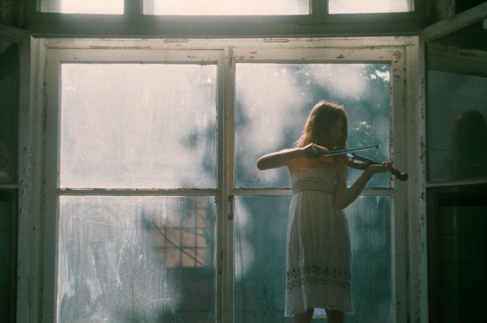 Ein Mädchen spielt Geige