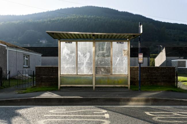 Eine Bushaltestelle, von der Sonne beschienen. Wales.