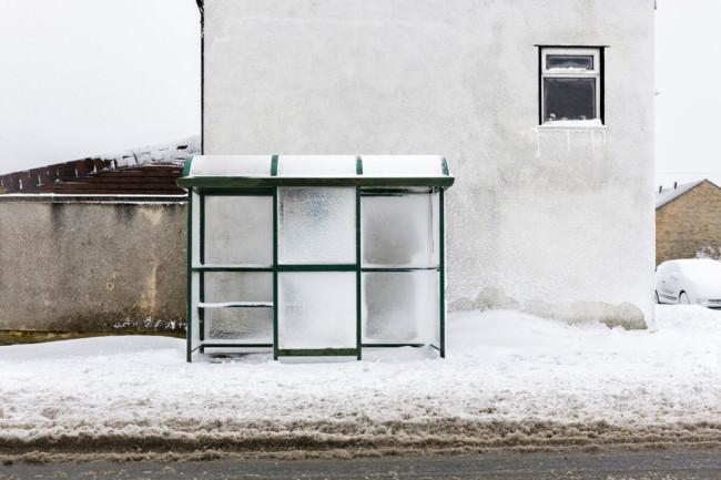 Eine Bushaltestelle im Winter