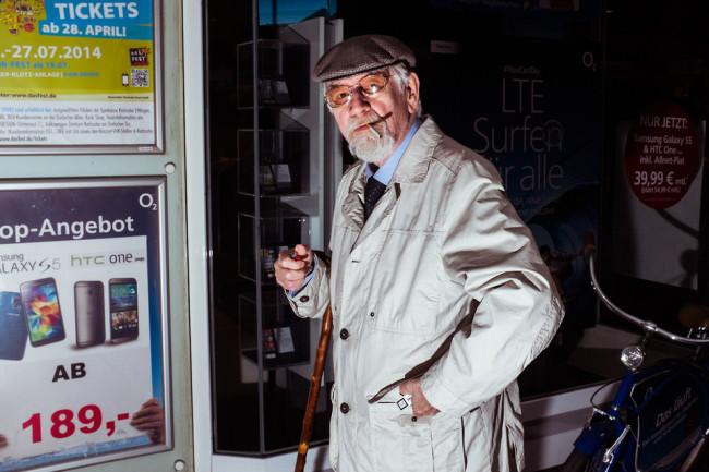 Ein Mann kurz vor dem Zigaretteanzünden.