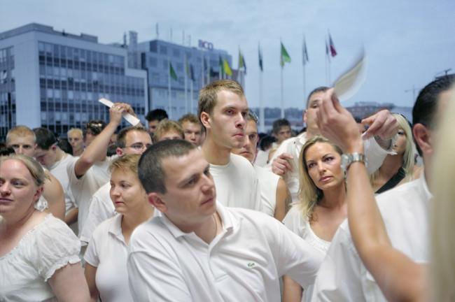 Hier zeigt Otto Snoek Leute auf der Sensation in Prag - eine Nahaufnahme.