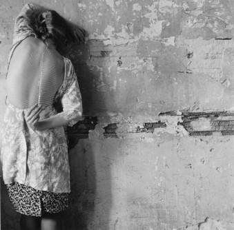 Francesca Woodman, Untitled , New York, 1979/2001 Schwarz-Weiß-Silbergelatineabzug auf Barytpapier / Black-and-white gelatin silver print on barite paper 14,7 × 14,8 cm / 25,3 × 20,2 cm © Courtesy George and Betty Woodman, New York / SAMMLUNG VERBUND, Wien