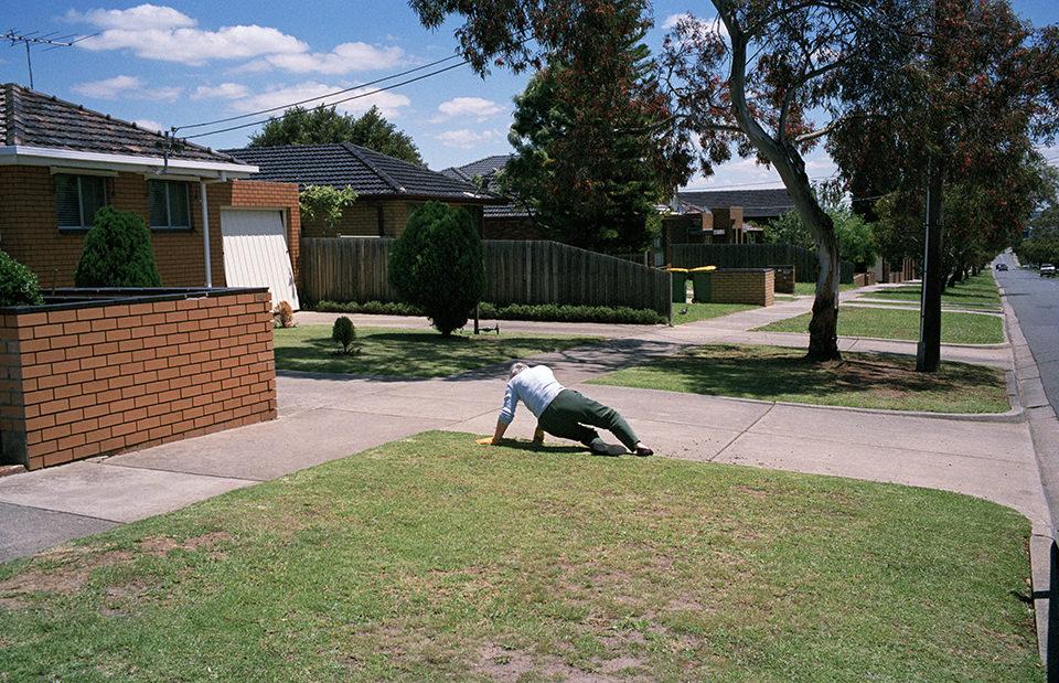 Ein Mann ist scheinbar gefallen. Melbourne, Straßenfotografie von Jesse Marlow.