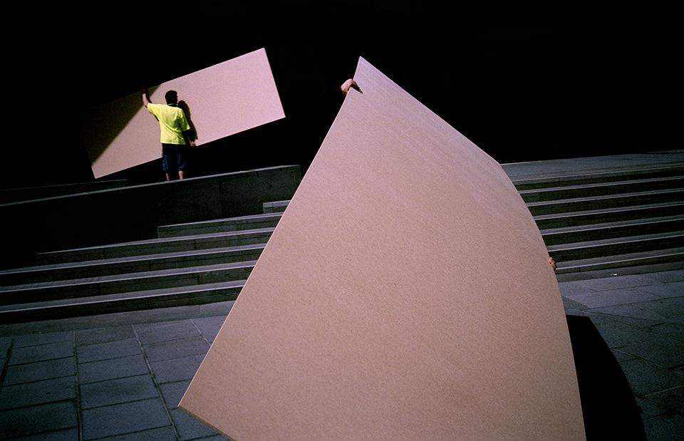 Zwei Männer tragen große Teile. Melbourne, Straßenfotografie von Jesse Marlow.