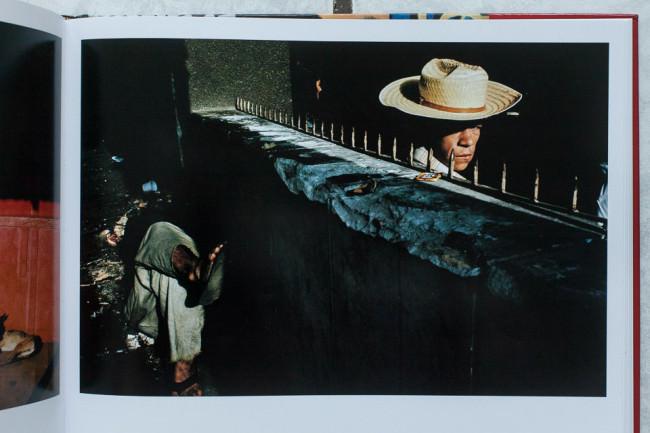 Ein Mann mit Hut schaut in die Kamera. Straßenfotografie von Alex Webb