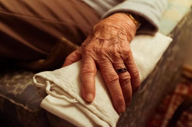 Hand einer älteren Frau.