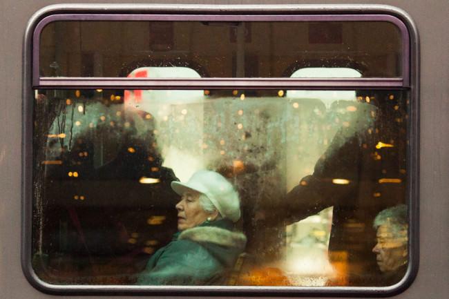 Eine Frau in der Bahn.