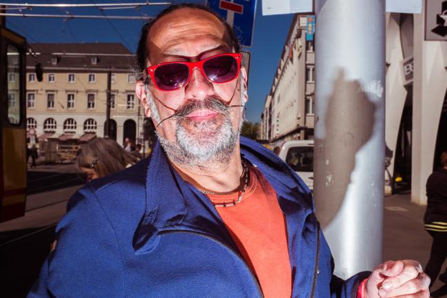 Ein Mann mit roter Brille.