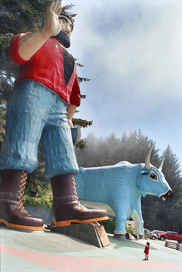 Einer riesigen Statue steht ein kleiner Mensch gegenüber.