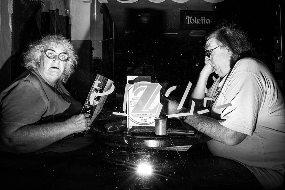 Eine Straßenfotografie, die zwei Frauen beim Sitzen zeigt.