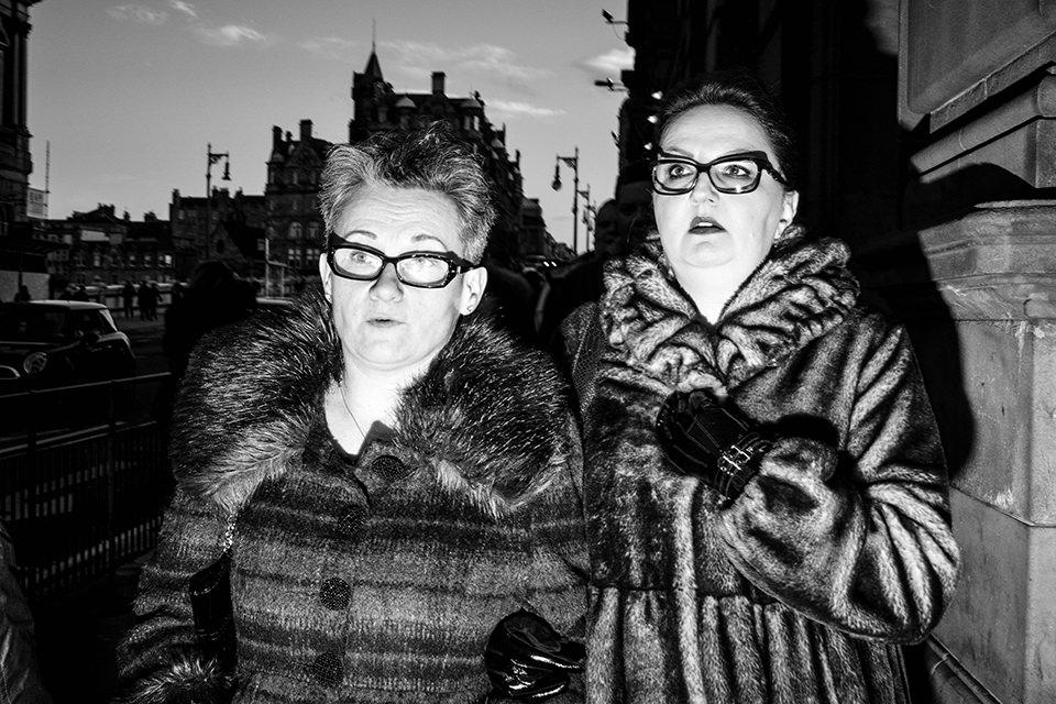 Zwei Damen, eine Straßenfotografie.